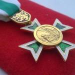 Kombinované vyznamenání z několika dílů. Kříž, medailon, závěs a stuha.