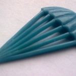 Voskový model padáku je velice plasticky povedený, vypouklé plohcy jsou připravené pro text