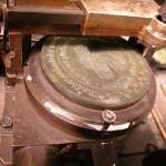 Zvětšený vzorek medaile upnutý v kopírovacím stroji