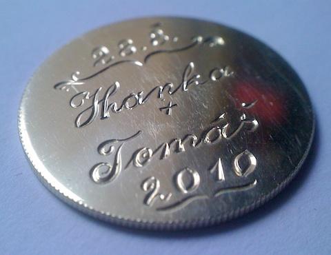 Rytina svatební mince Rytí jména ženicha a nevěsty