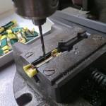 Vrtaná montovaná miniaturka vyznamenání. Výroba ministužek