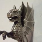 Detail stříbrné sošky draka z pečetítka