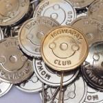 Poniklované odznaky a zlacený