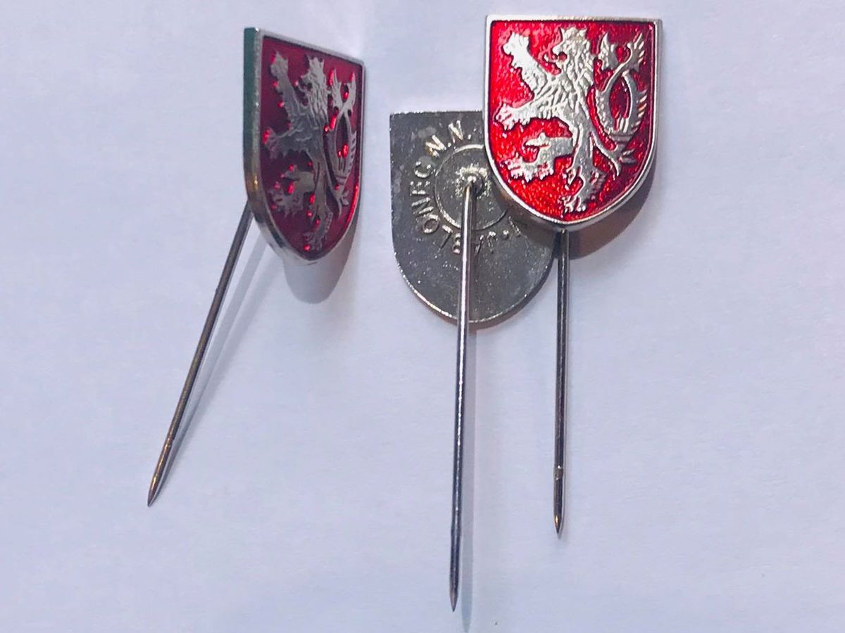 Odznak bílý Český lev na červeném štítu